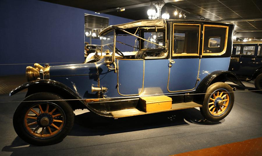 Синий Panhard Levassor Coupe Chauffeur X26 образца 1920 года