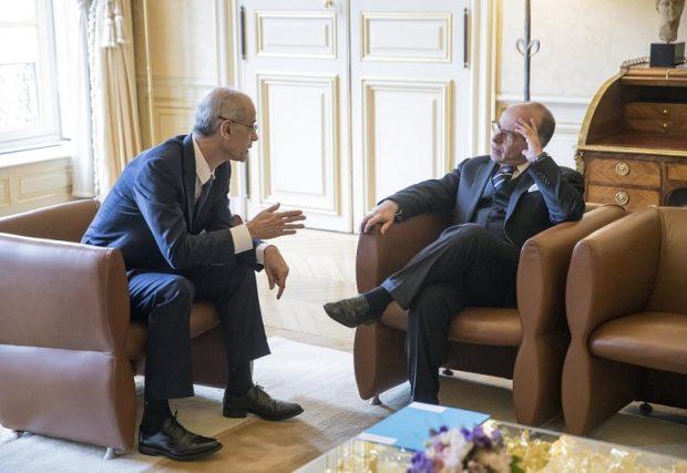ETILAU6552 PARÍS (FRANCIA), 22/03/2017.- El primer ministro francés Bernard Cazeneuve (d) conversa con el primer ministro andorrano, Antoni Martí (i) durante su encuentro en el Hotel de Matignon en París, Francia hoy 22 de marzo de 2017. EFE/Etienne Laurent