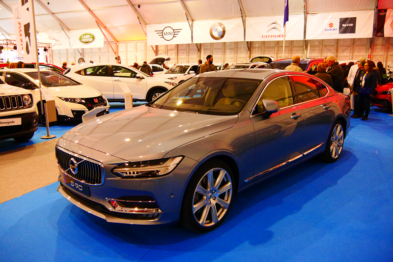 Volvo S90. Version grise