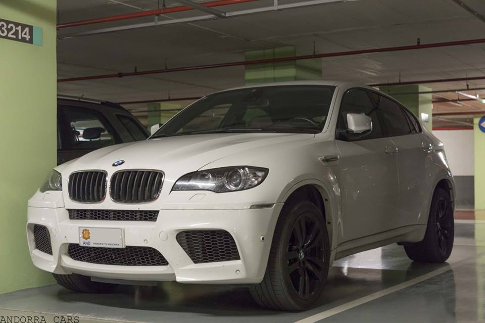 bmw x6 m blanc sur roues noires all andorra. Black Bedroom Furniture Sets. Home Design Ideas