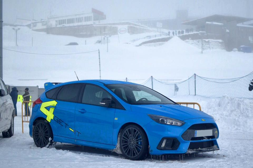 Ford Focus RS sur la neige (4get - it). Version bleue