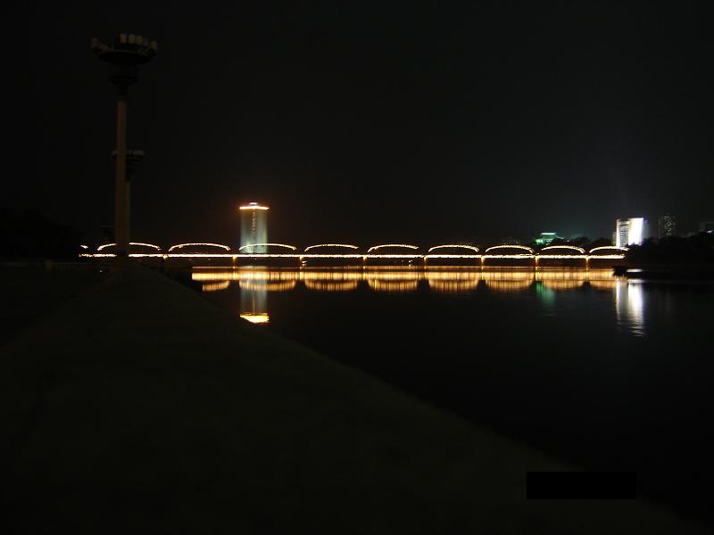Современный дизайн: ночная подсветка моста Тэдонган через одноименную реку. Пхеньян, Северная Корея 2008