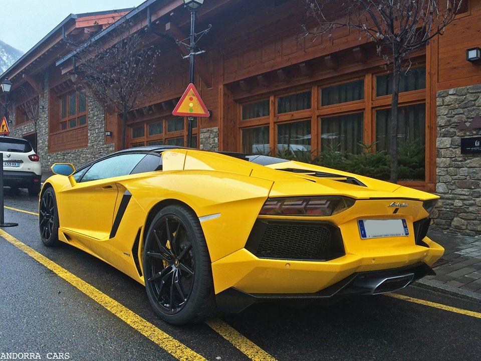 Lamborghini Aventador LP700-4 Roadster. Version jaune à Soldeu