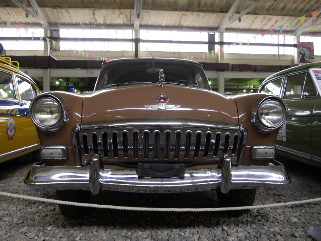 """GAZ 21US """"Volga"""" : voiture ancienne. Version marron clair"""