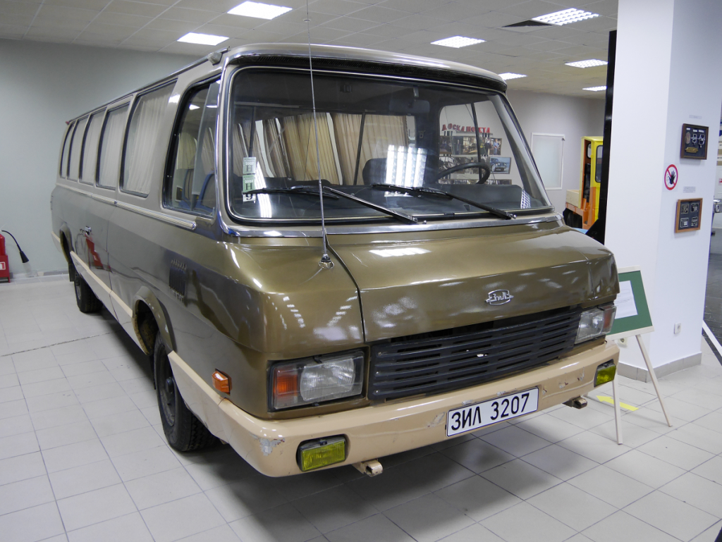 "ZiL 3207 ""Jeunesse"" : véhicule de luxe Soviétique"