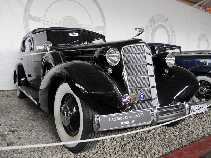 Cadillac Town Car Series 370 : voiture ancienne. Version noire
