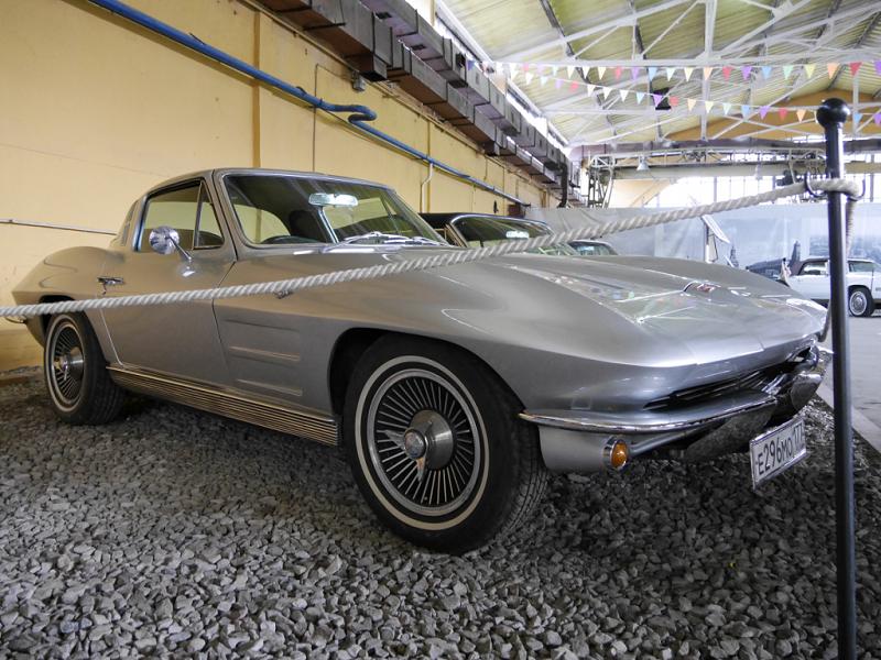 Chevrolet Corvette C-2 : voiture de sport ancienne. Version grise
