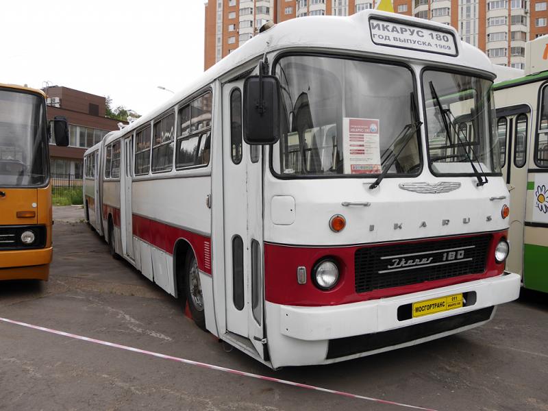 Ikarus 180 : bus d'Hongrie. Version rouge et blanche