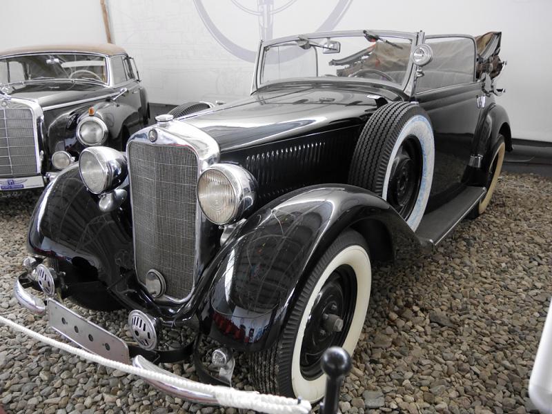 Mercedes-Benz 230 D (W143) cabriolet : voiture ancienne. Couleur noire_transport_vehicules_luxe_automobiles_retro_musee