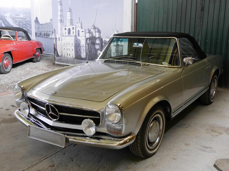 """Mercedes-Benz 280 SL coupé (W113) """"Pagoda"""" : voiture ancienne. Version gris clair"""
