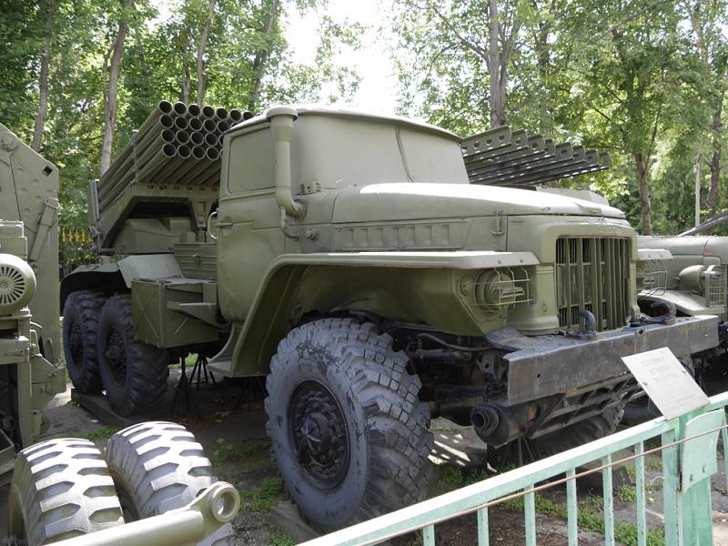"""BM-21 """"Grad"""" : camion Soviétique lance-roquettes multiple"""
