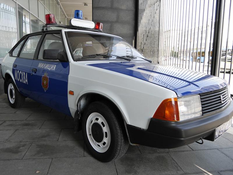 Moskvich 2141 : voiture de police Soviétique. Version bleue et blanche