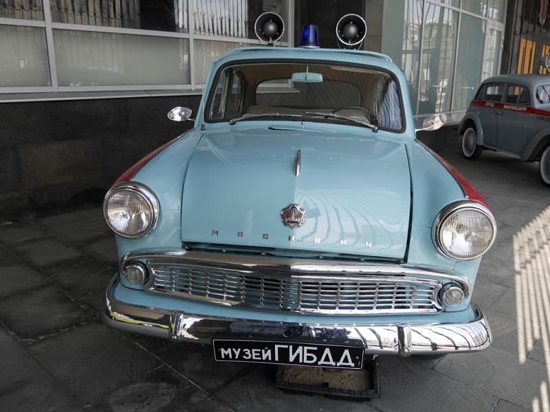 Moskvich 403 : voiture de police Soviétique. Version bleu clair