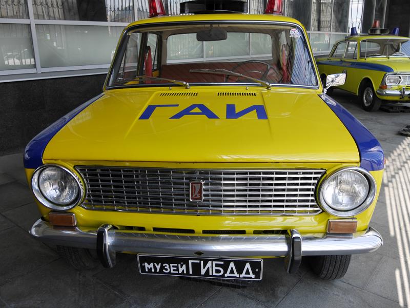VAZ 21011 : voiture de police Soviétique. Version jaune et bleue