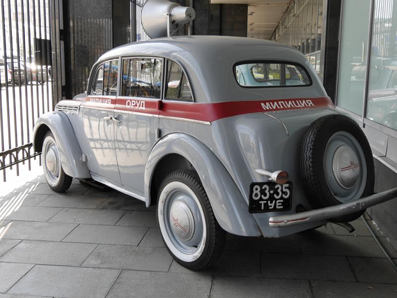 Moskvich 401 : voiture de police Soviétique. Version gris clair
