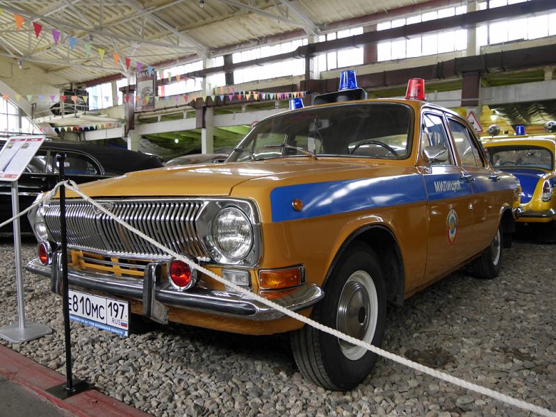 GAZ 24M : voiture de police Soviétique. Version jaune et bleue