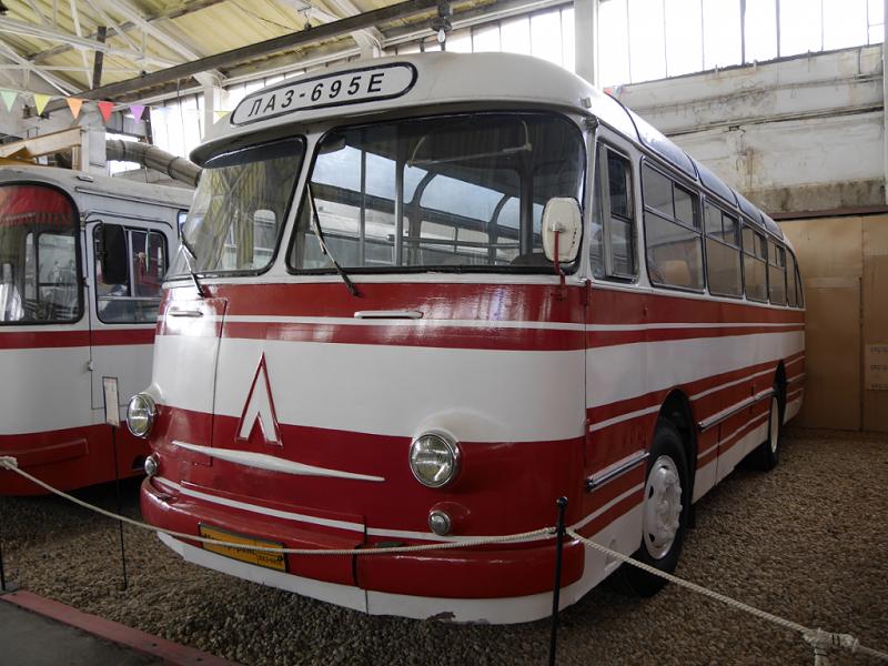 LAZ 695 E : transport des passagers Soviétiques. Version blanche et rouge