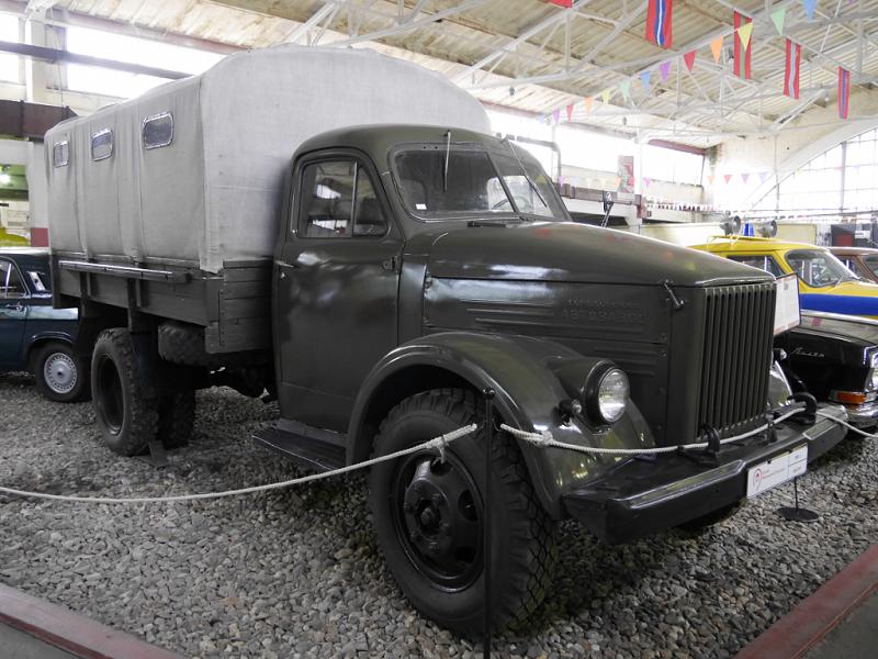 GAZ 51 R : camion de cargaison et taxi des passagers