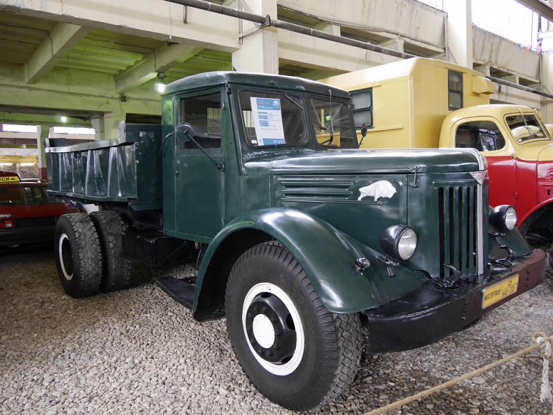 MAZ-205 : camion Soviétique. Version vert foncé