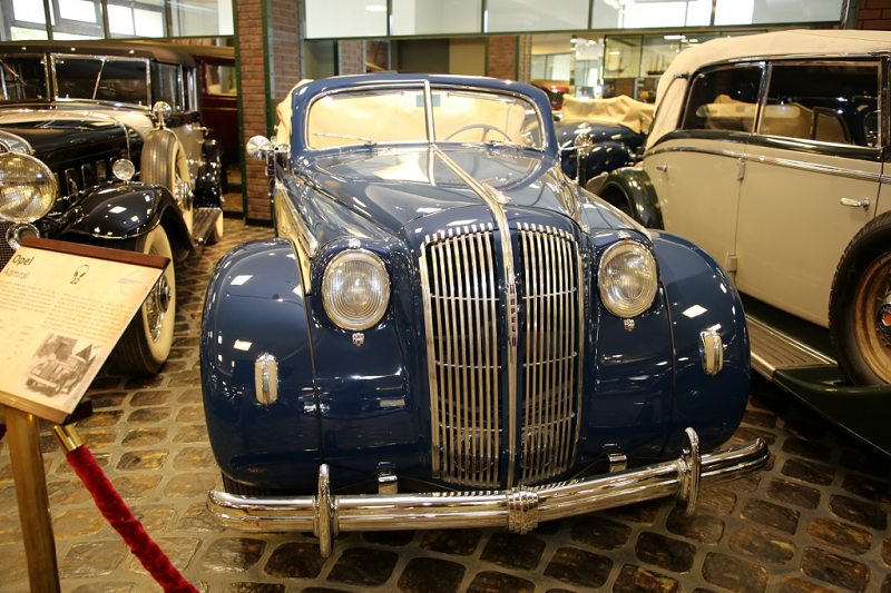 Opel Admiral : voiture ancienne. Version bleu clair