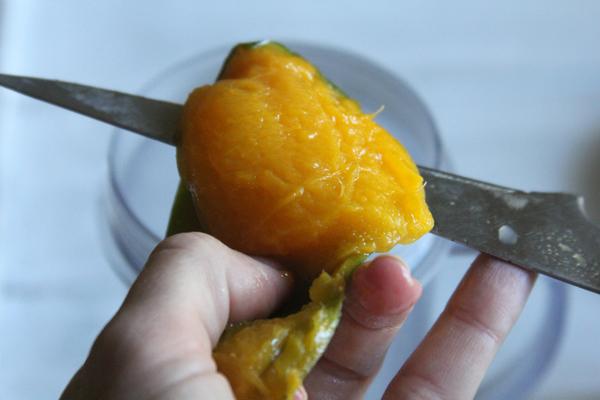 Peleu el mango, lleveu-li el pinyol i la pell amb un ganivet