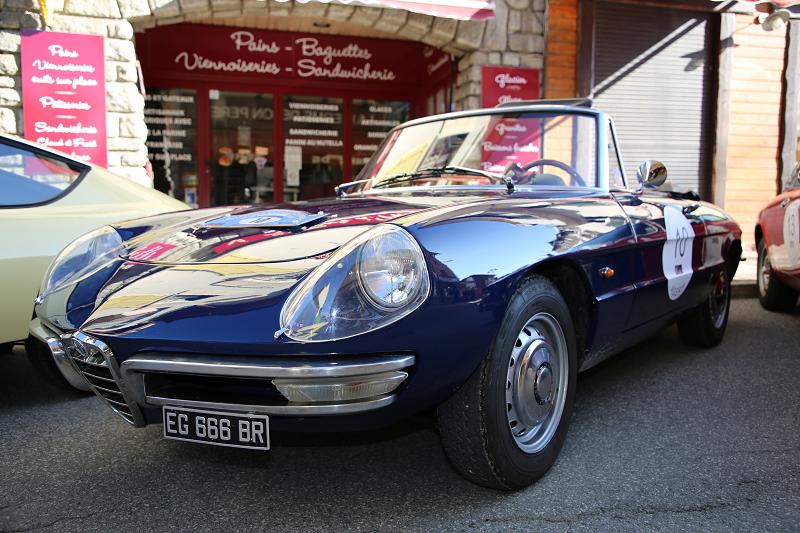 Синий Alfa-Romeo Spider 1600. Разработан ателье Battista Pininfarina