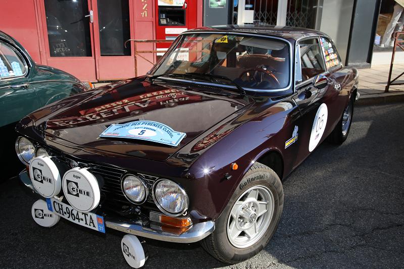 Коричневая Alfa-Romeo GT 1600 Junior образца 1975 года