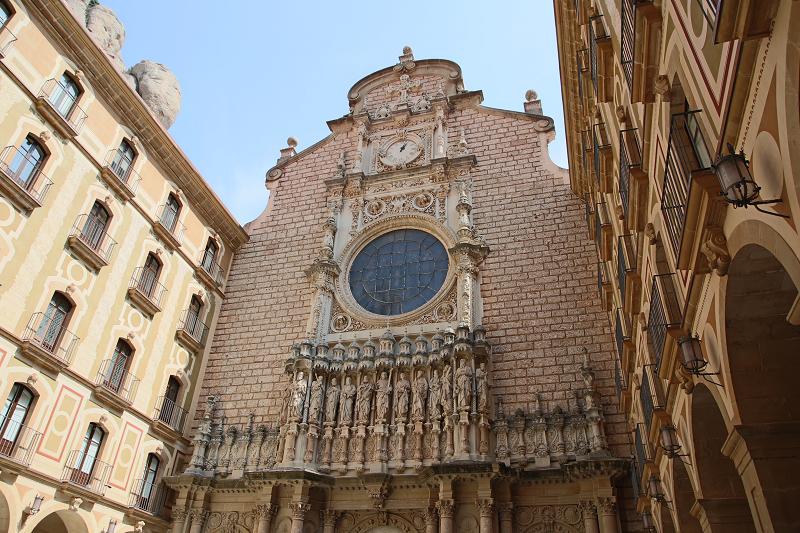 Au XXe siècle, Montserrat est devenu le symbole le plus tangible de la Catalogne et un support au cours de la période difficile de son histoire. À l'époque de la dictature franquiste, il était seulement possible d'organiser des offices et des mariages en langue catalane interdite dans les remparts de la cathédrale de Montserrat. Cathédrale (basilique de la Vierge Marie de Montserrat)