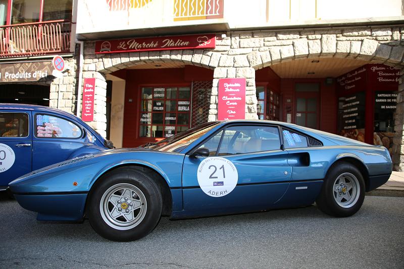 Синий Ferrari 308 GTB образца 1975 года