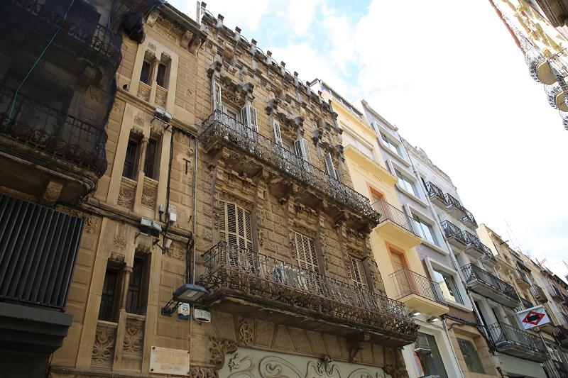 La maison de Bartoli (Casa Bartoli) a été construite en 1903 pour John Codina Bartoli par l'architecte Jose Lubietos. Dans la décoration de la maison, des éléments médiévaux sont adjacents aux éléments modernistes.