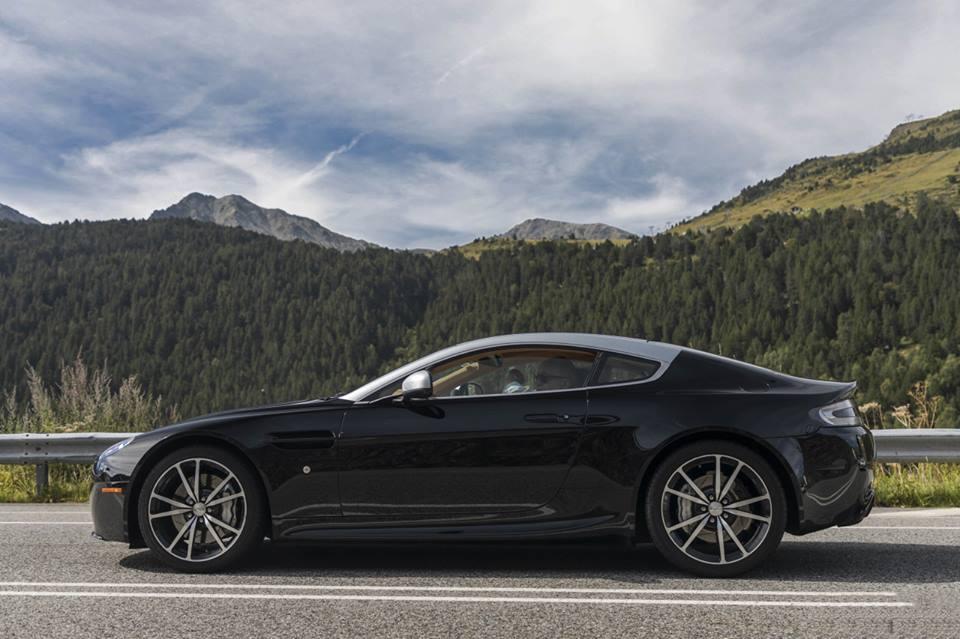 Aston Martin V8 Vantage N420 : le corps noir avec le toit argenté