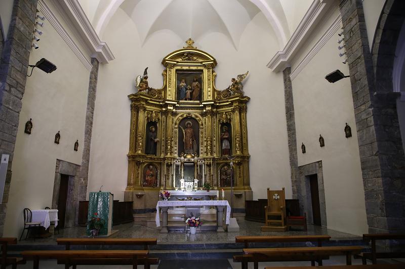 L'église a Sort a trois nefs et un «dos» rectangulaire faisant face à l'ouest. La façade est située au pied de la nef