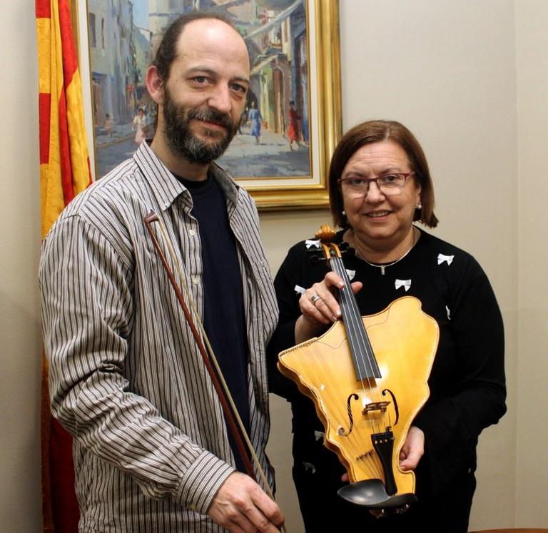 The luthier Ramon Elias made a map-shaped violin of Catalonia