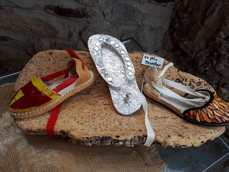 des sandales en osier avec des éléments de mosaïque, Castelnou