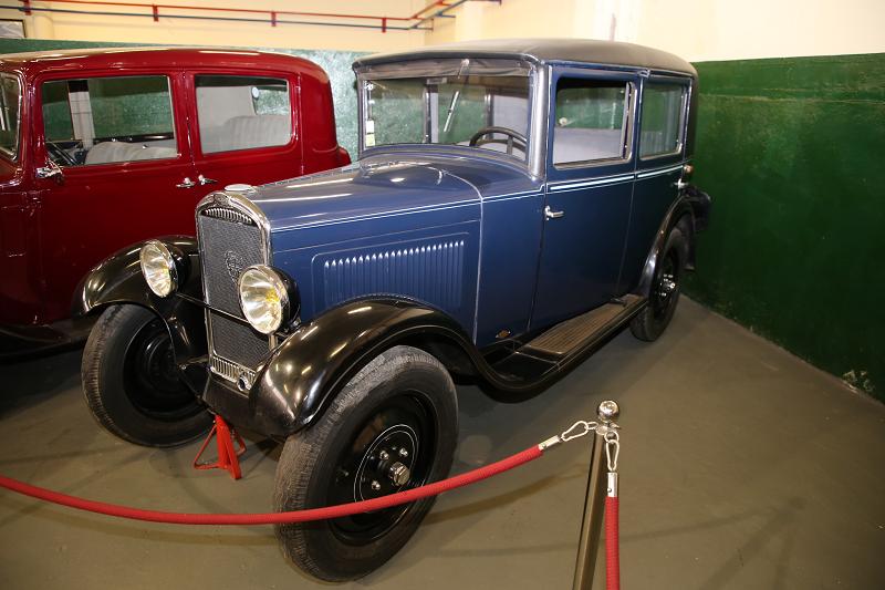 Синий Peugeot 201 седан образца 1931 года