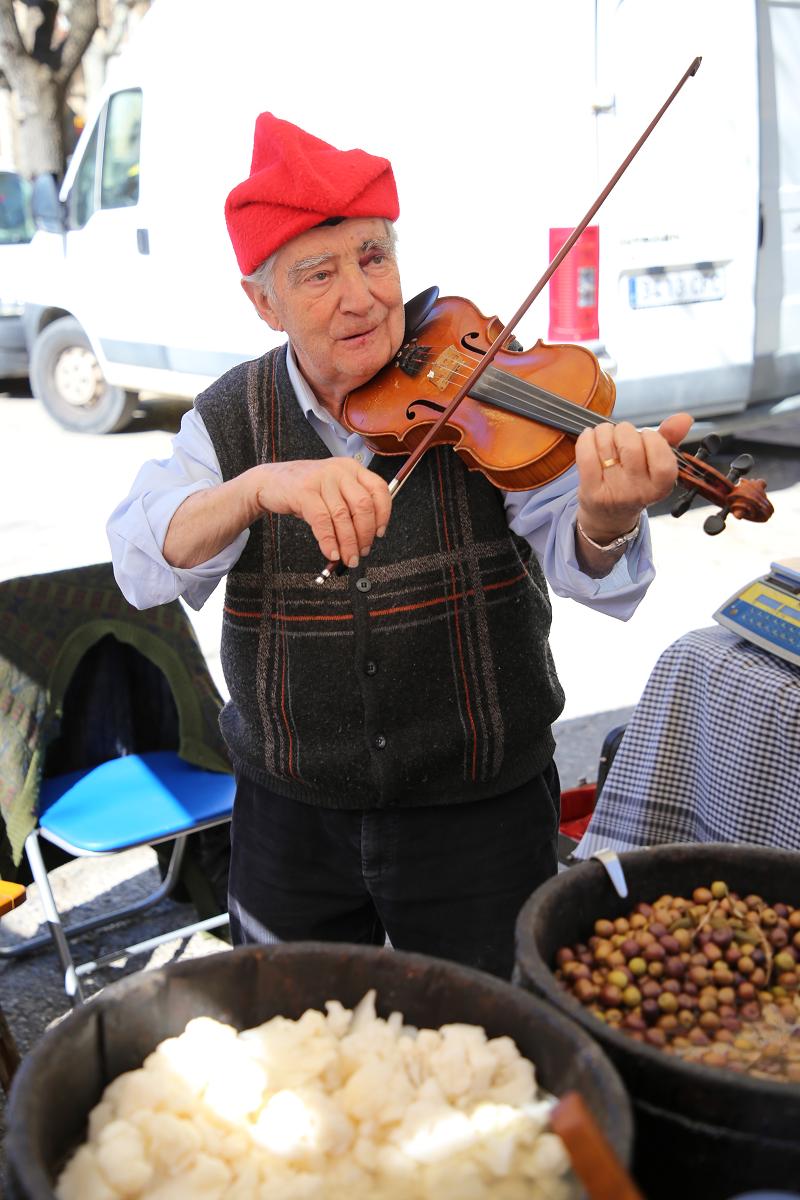 Ярмарка трюфелей в Сольсоне 2019: продавец со скрипкой