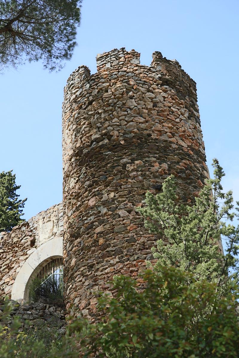 Деревня Кастельну имеет форму пирамиды, где доминирует замок Виконталь (Vicomtal). Форма замка - неправильный пятиугольник, он встроен в скалу