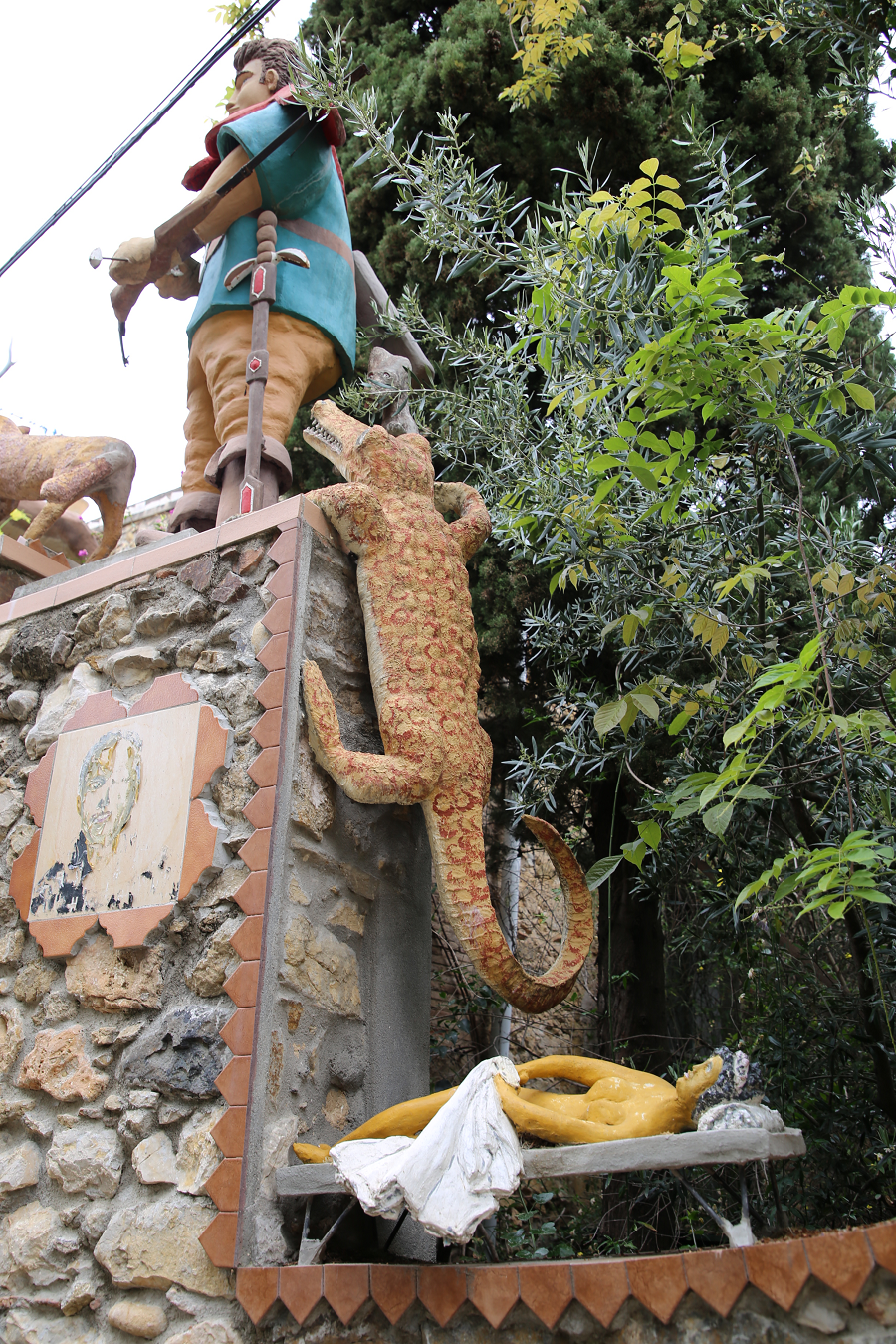 Дом художника с барельефами, улица Мурайя, Льерс, Каталония
