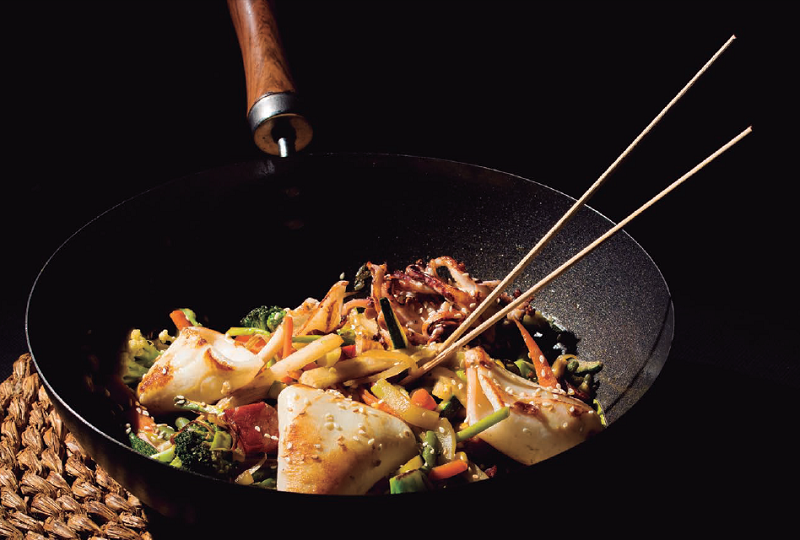 Wok de tallarines de verdures amb daus de pernil de gla i calamar