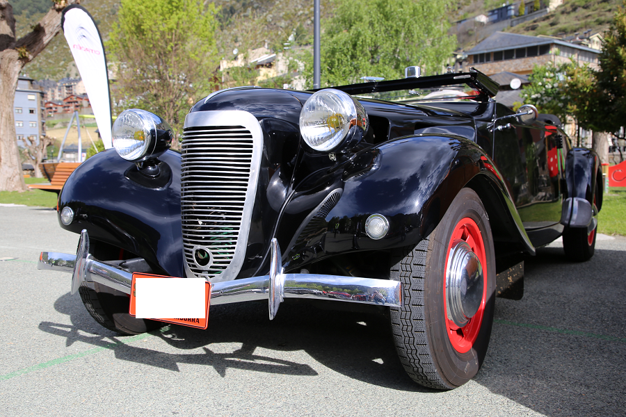 Citroën Traction 11 BL Cabriolet образца 1938 года: черный цвет с красной кожей