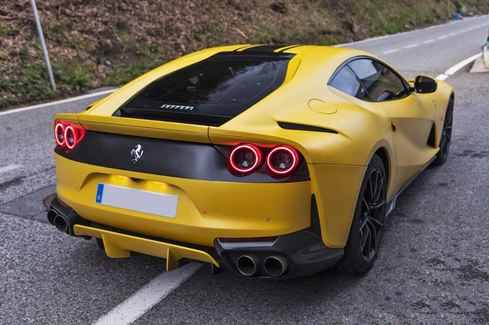 Желтый Ferrari 812 Superfast. Мотор V12 6.5 с отдачей 800 л.с.
