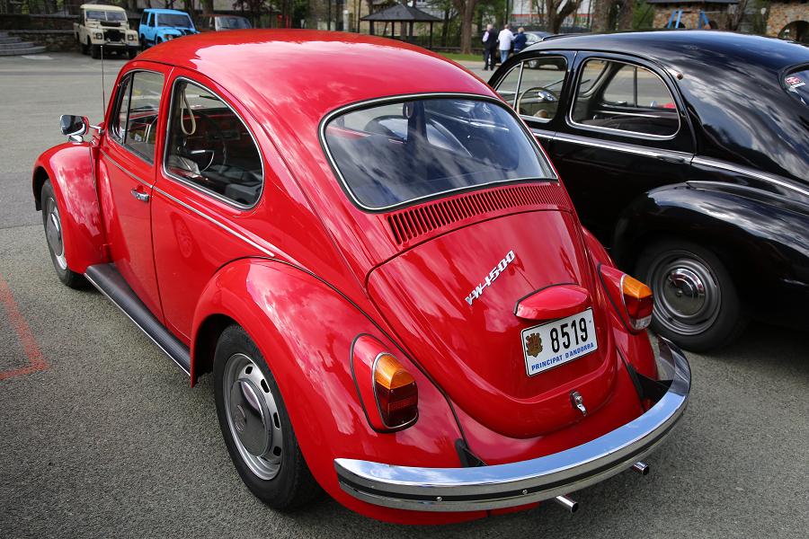 Красный Volkswagen Beetle 1500