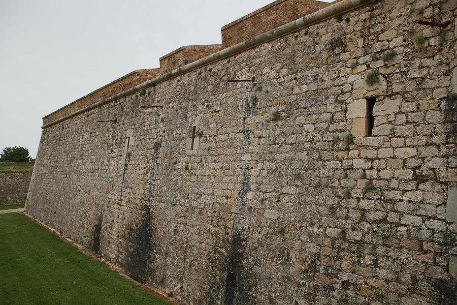 Замок Сан-Ферран_крепостные стены