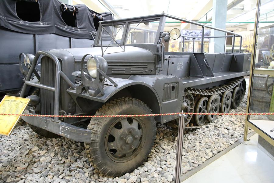 Volvo HBT M43 : tracteur d'artillerie semi-chenillé de Suède