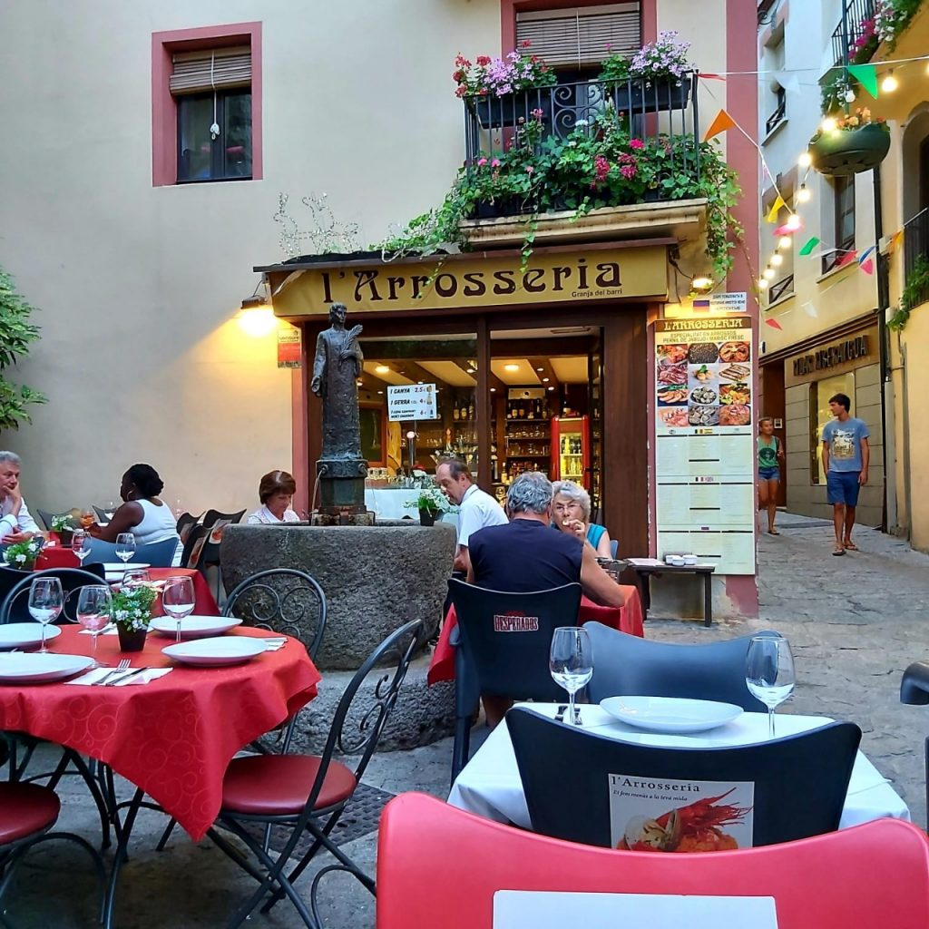 Arrosseria Andorra is located in the center of Andorra la Vella, in the historical center of the capital next to the church of San Esteve. The owners of the restaurant are a charming couple from Spain.