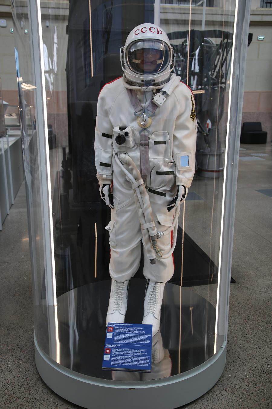 Berkut : combinaison spatiale. Fabriquée dans la fabrique NPP Zvezda en 1964 (URSS)_Combinaison spatiale faite par Berkut. Alexei Leonov est le premier homme à avoir réalisé une sortie extravéhiculaire dans l'espace dans le cadre de mission Voskhod 2, en 1965