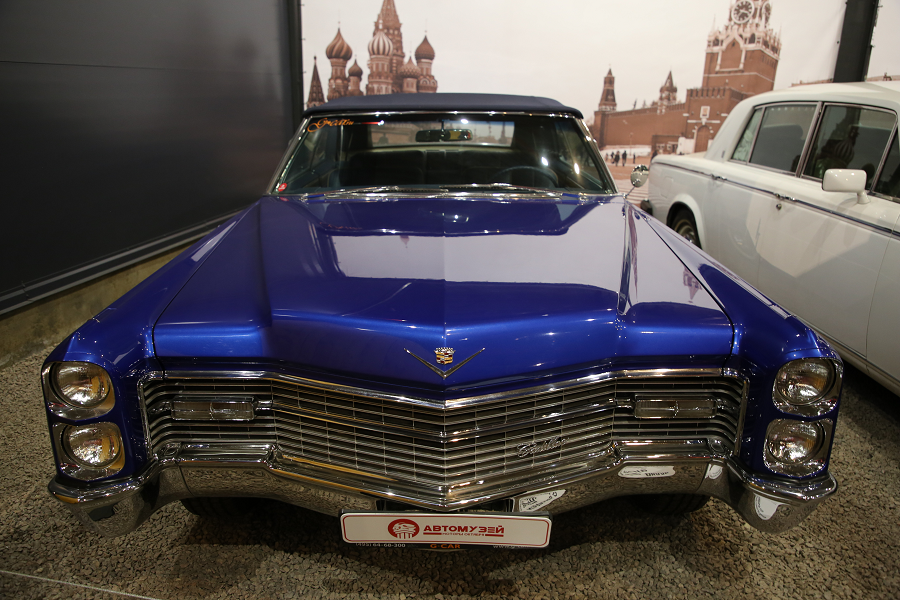 Синий Cadillac Sedan Deville образца 1966 года. V8