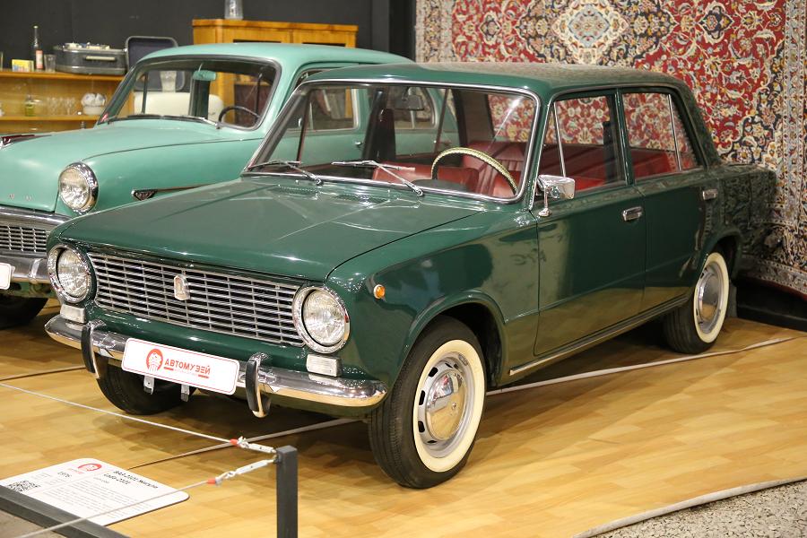 Зеленый ВАЗ 2101 Жигули образца 1976 года