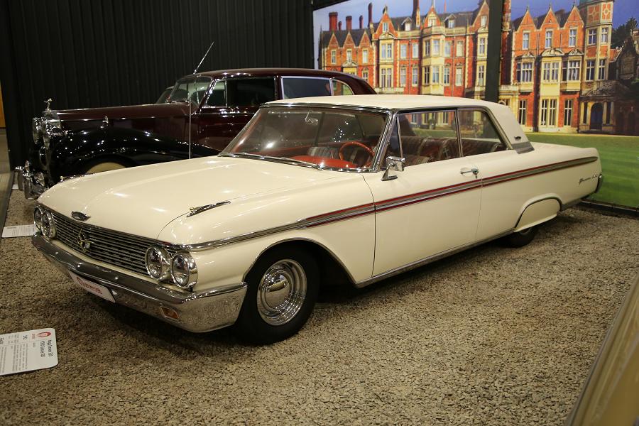 Белый Ford Galaxie 500 образца 1962 года