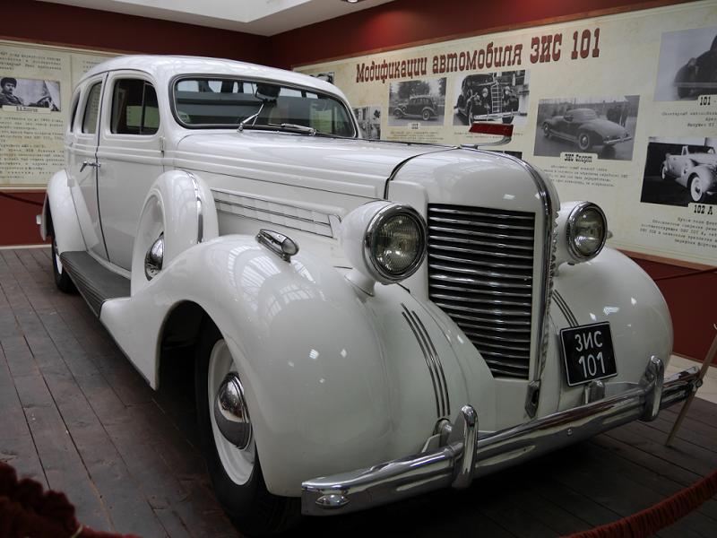 Voiture de luxe d'URSS : ZiS 101 A. Version blanche. Fabriqué en 1941. Corps en bois. Fait environ 675 modèles. Musée de ZiL, Moscou